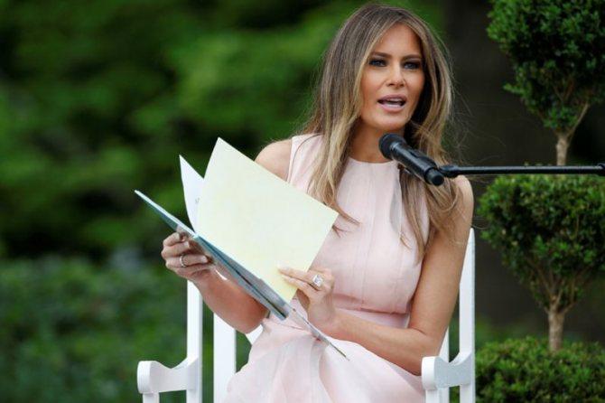 2017 год. В честь праздника Пасхи Меланья Трамп прочитала детям сказку на лужайке Белого дома.