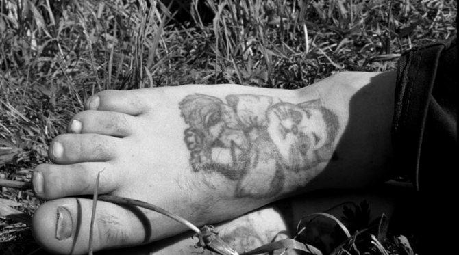Аббревиатуры Многие татуировки-аббревиатуры представляют собой немалую опасность для носителя. Уж точно не стоит делать ничего из серии «БОГ» (Был осужден государством), «ЖУК» (Желаю удачных краж), «ЗЛО» (За все легавым отомщу), «ИРА» (Иду резать актив), «КОТ» (Коренной обитатель тюрьмы), «ЛОРД» — (Легавым отомстят родные дети), «МИР» (Меня исправит расстрел), «ТУЗ» (Тюрьма учит закону).