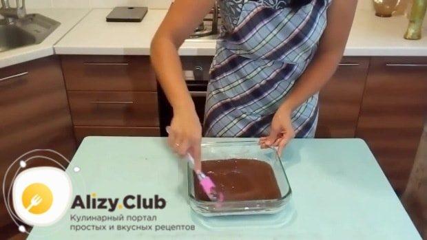 Аккуратно переливаем подготовленное тесто в форму