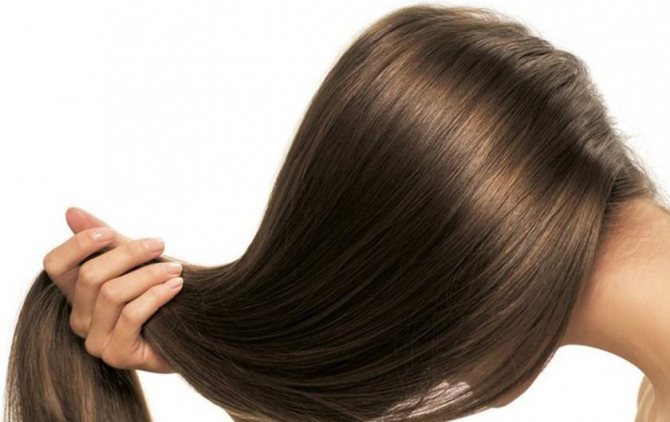 Активные составляющие касторки проникают в корни волос, стимулируя их усиленный рост