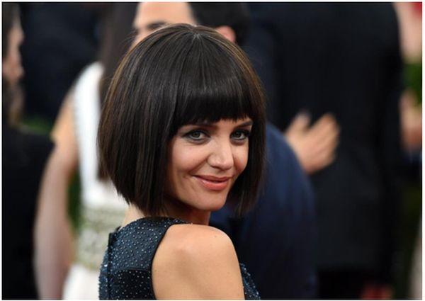 Актриса Кэти Холмс — градуированное каре с прямой челкой