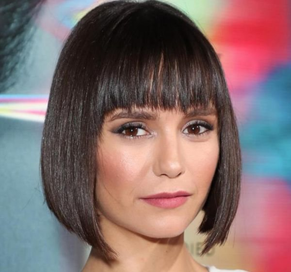 Актриса Нина Добрев — градуированное каре с прямой челкой