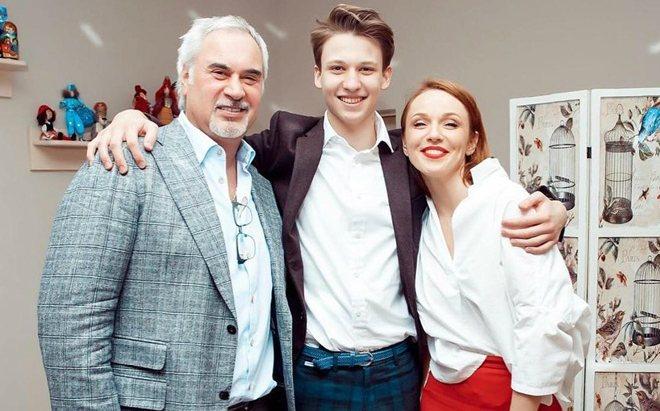 Альбина Джанабаева с мужем и сыном
