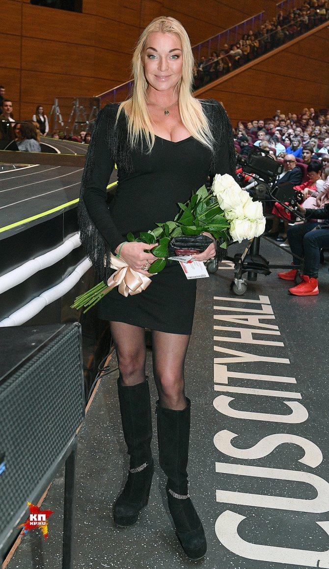 Анастасия Волочкова пришла с примирительным букетом белых роз. Балерина осталась в восторге от шоу Валерии. Фото: Михаил ФРОЛОВ