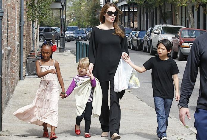 Анджелина Джоли фото с детьми