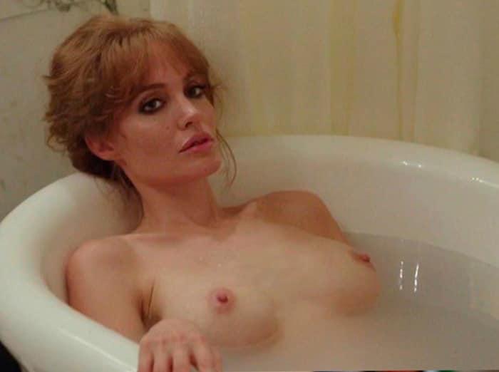 Анджелина Джоли лежит обнаженная в ванной