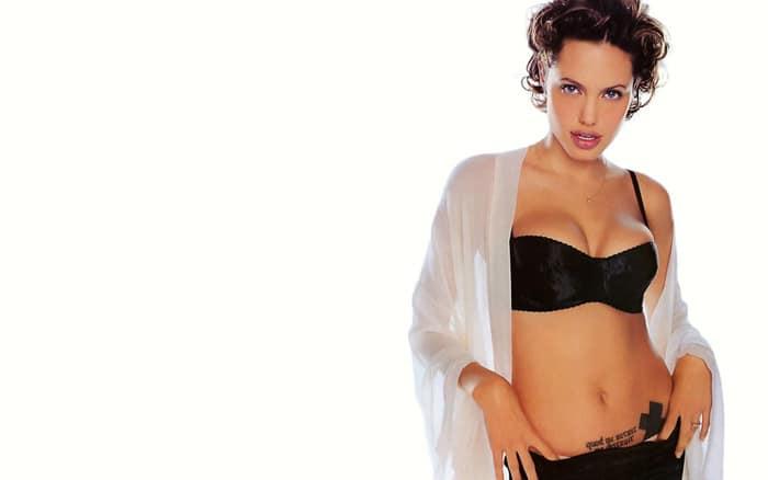 Анджелина Джоли позирует в лифчике, трусах и рубашке