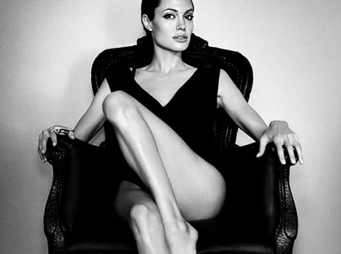 Анджелина Джоли с обнаженной ногой сидит на кресле