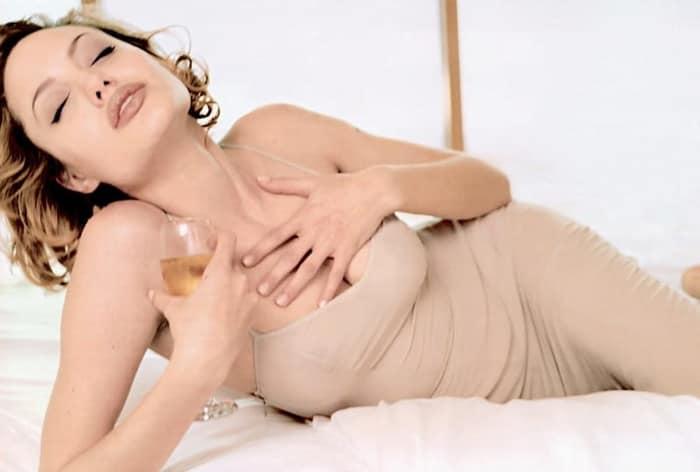 Анджелина Джоли в белье на кровати