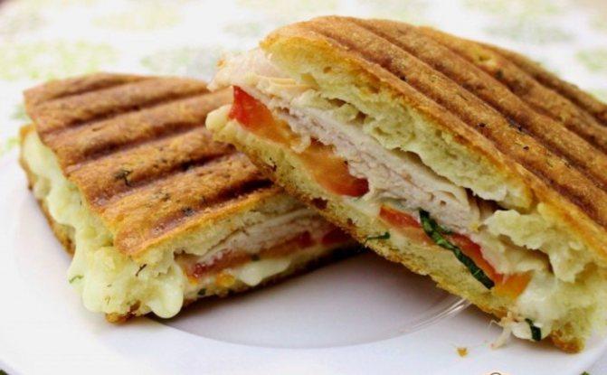 аппетитные сэндвичи с мясом на терелке, готовые к упаковке в дорогу