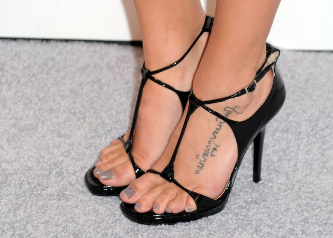 Арабская вязь отлично смотрится в качестве маленькой татуировки на ноге