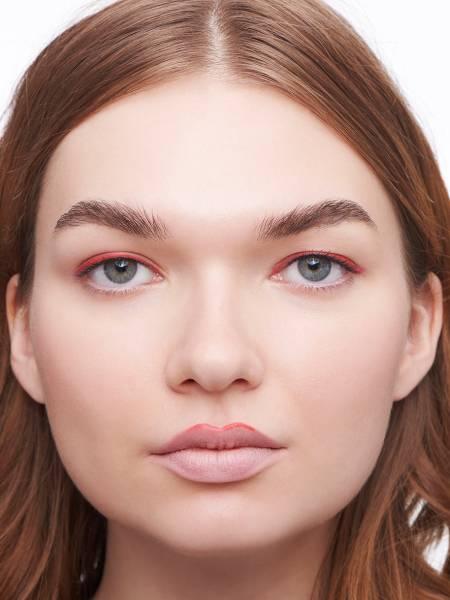 арт-макияж с красной подводкой