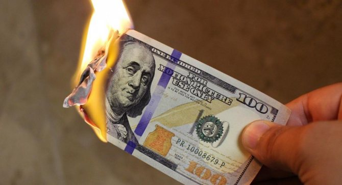Банкнота горит пламенем