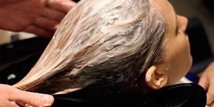 Белая глина на волосах