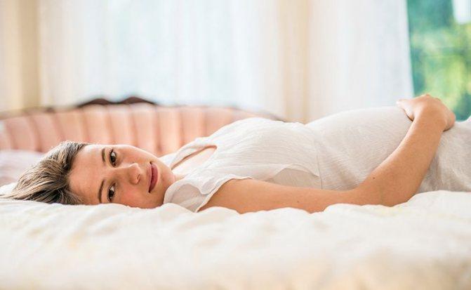 беременная на кровати