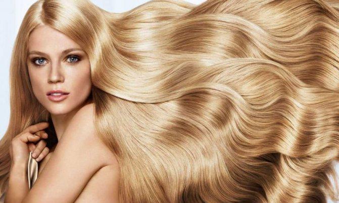 Блондинка с развевающимися волосами