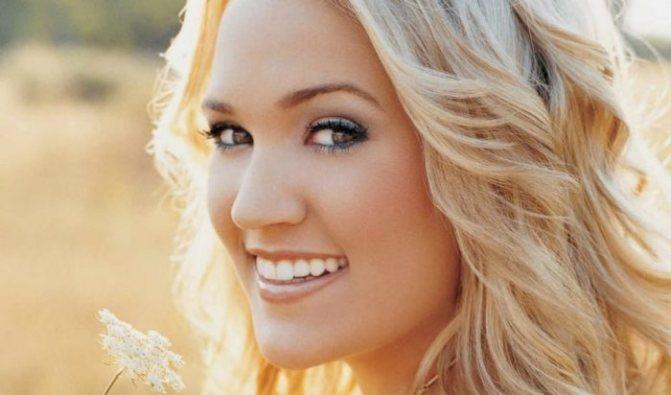 блондинка со светло-коричневым цветом бровей