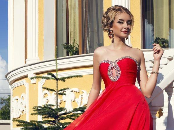 блондинка в алом платье