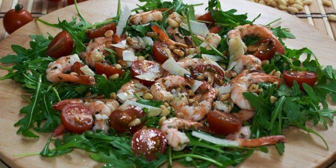 Блюдо с рукколой и помидорами черри