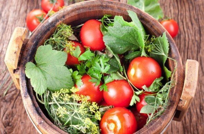 Бочковые красные помидоры.