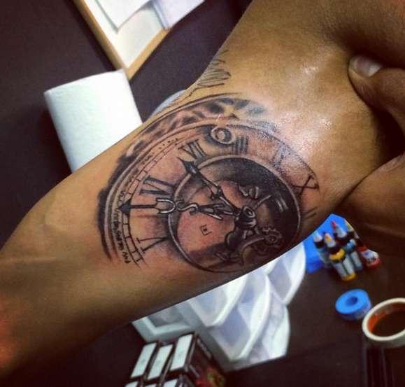 Большие часы на руке, выполненные профессионалом
