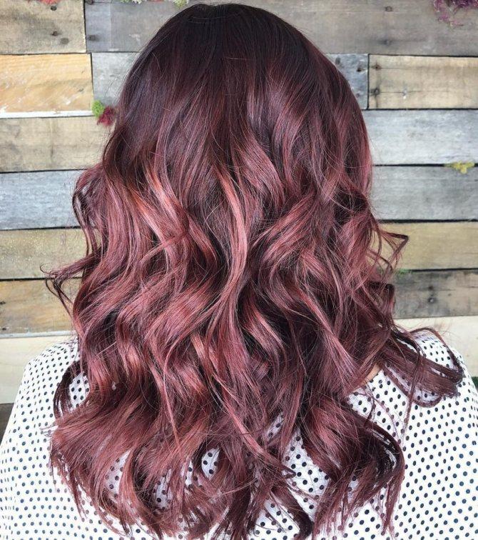 Бордовый цвет волос с коричневым оттенком