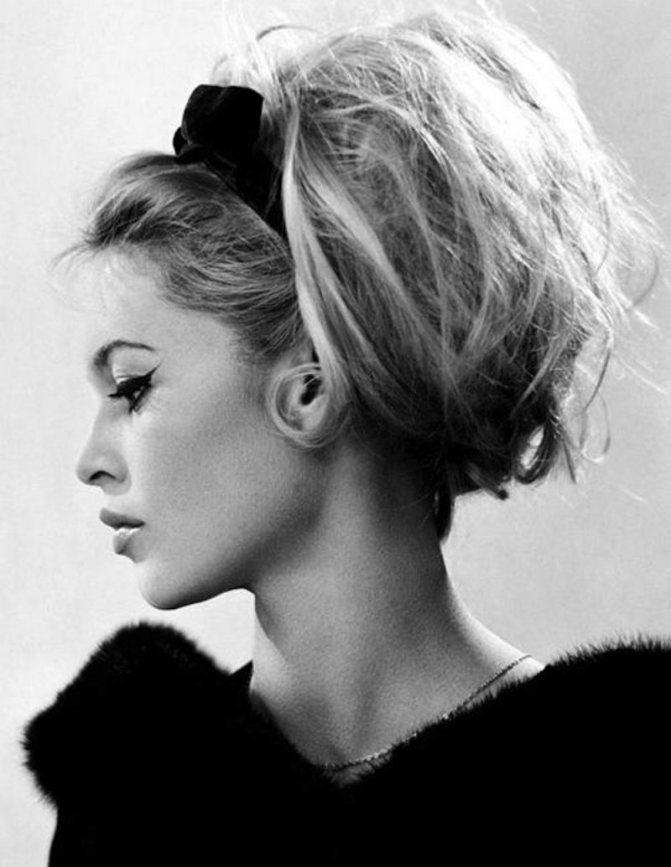 Бриджит Бардо украшала высокие прически черной лентой