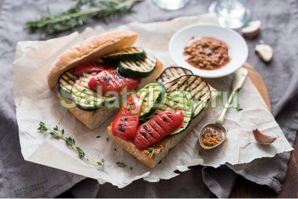 Брускетта с соусом песто и овощами-гриль