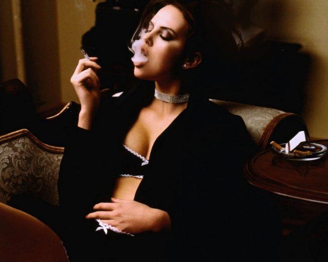 Брюнетка Шарли в черном белье курит