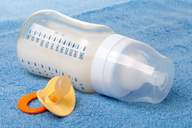 Бутылочка с молоком и соска