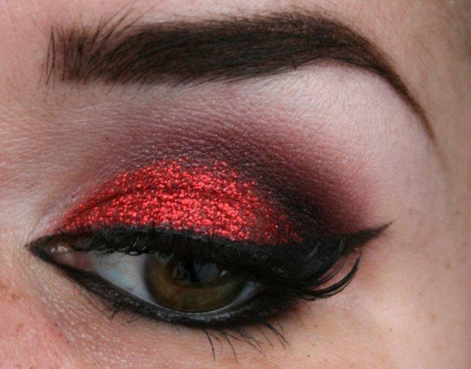 Черно-красный макияж с использованием теней