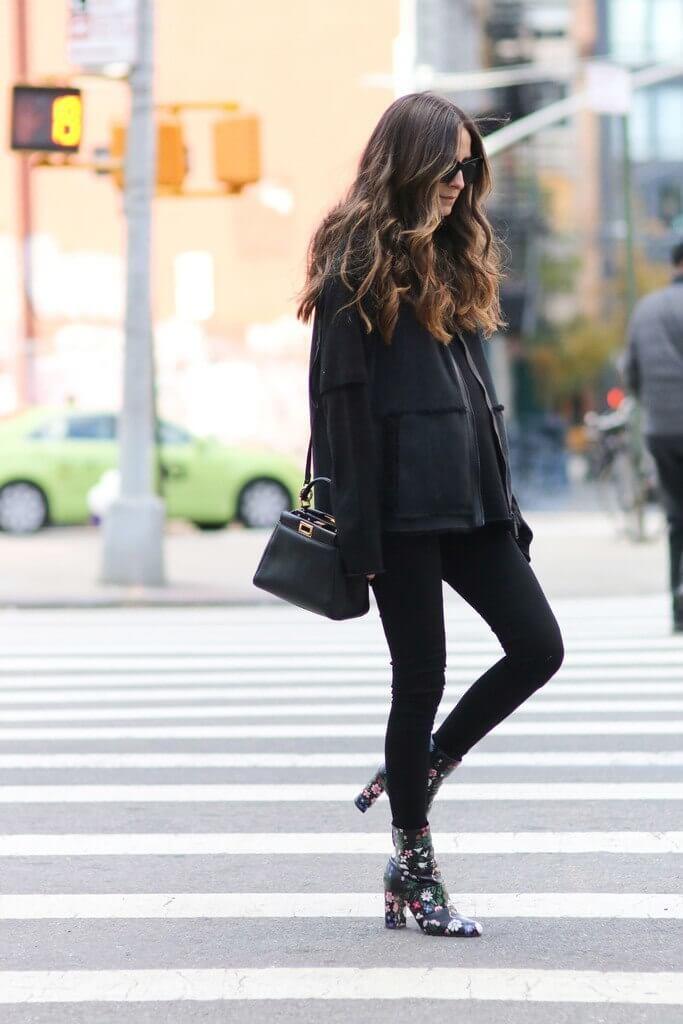 черные джинсы с ботильонами с цветочным принтом