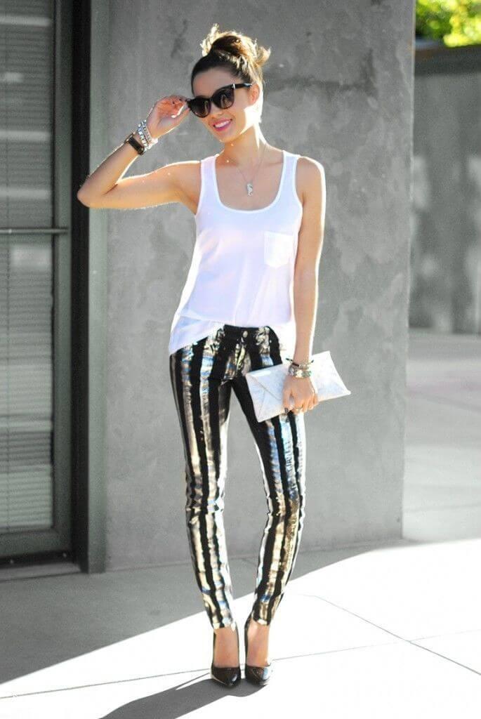 черные джинсы с пайетками и белой майкой