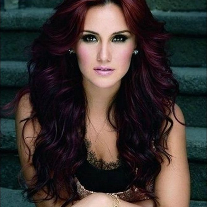 Черные волосы с красным отливом