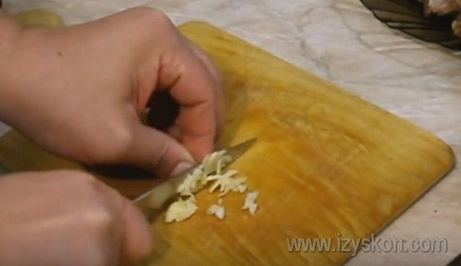 Чеснок непременно присутствует в рецепте харчо из говядины по-грузински.