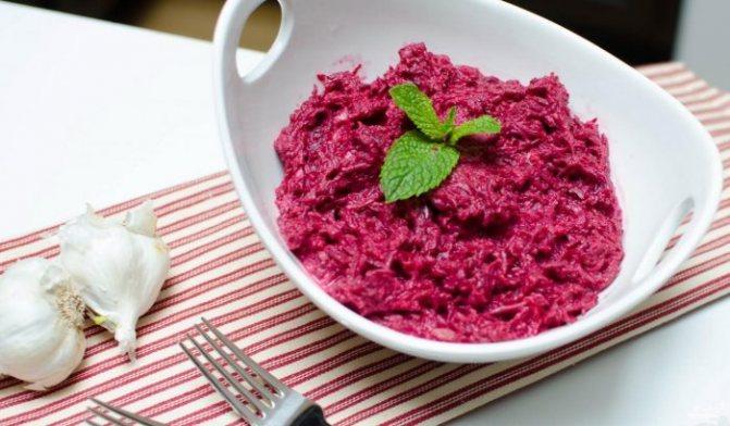 Чеснок - придаст специфический запах и вкус свекольному салату