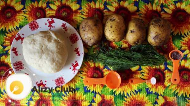 Четыре клубня картофеля очищаем от кожуры
