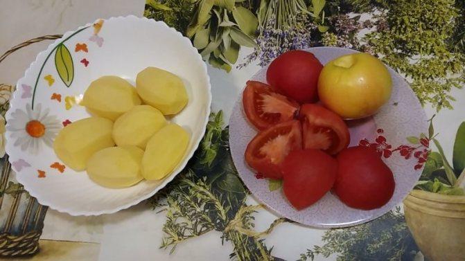 Чистим картофель, яблоко освобождаем от сердцевины, помидоры от кожицы