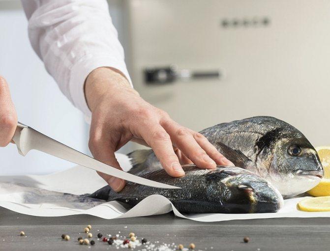 чистить рыбу ножом