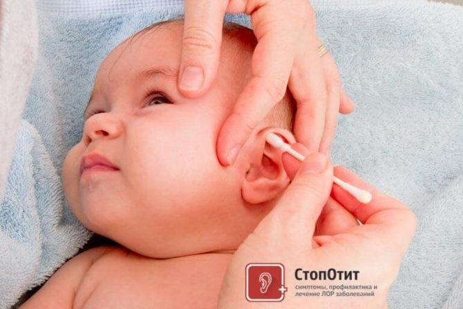чистить уши малышу