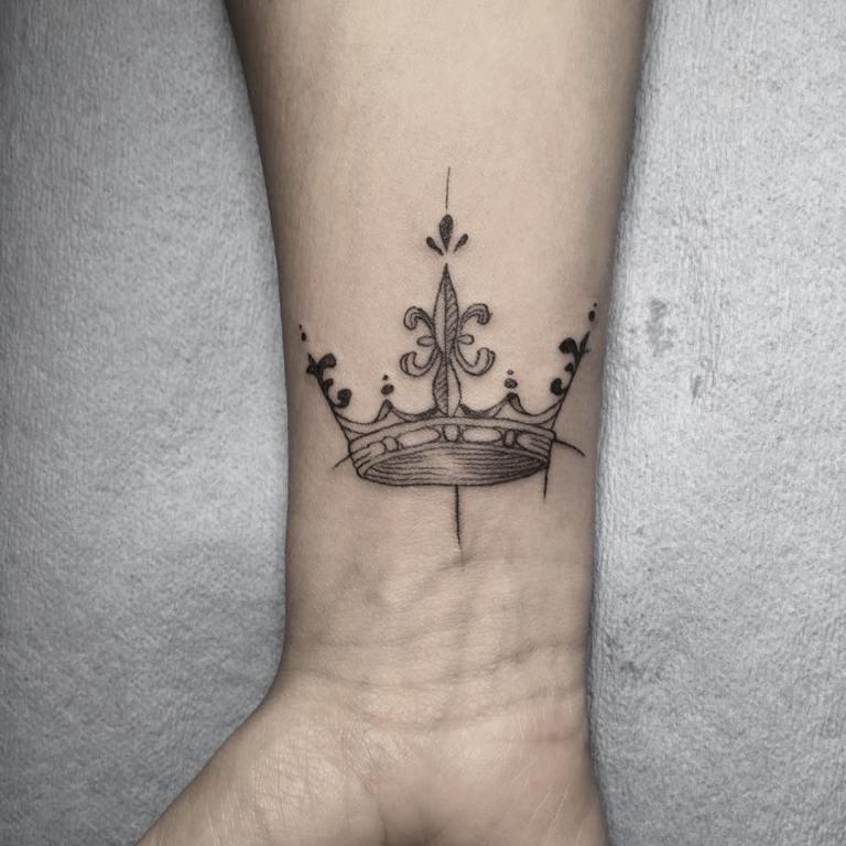 что означает тату корона у девушки