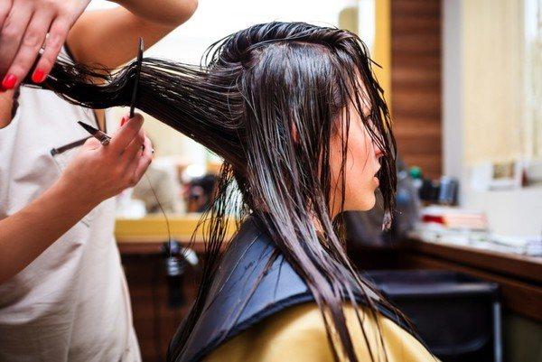что сначала делают красят волосы или стригут