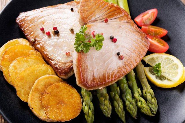 Чтобы определить готовность, проколите рыбу вилкой, и если она слегка расслоится снаружи, а внутри будет светло-розовой, значит, тунец готов