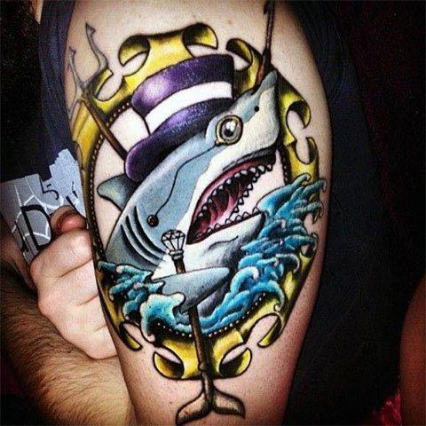 Цветная татуировка с акулой на руке