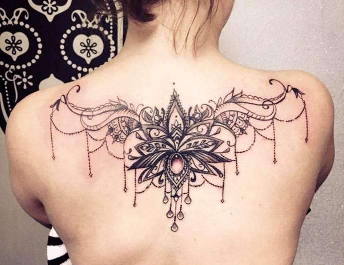 цветок лотоса на спине
