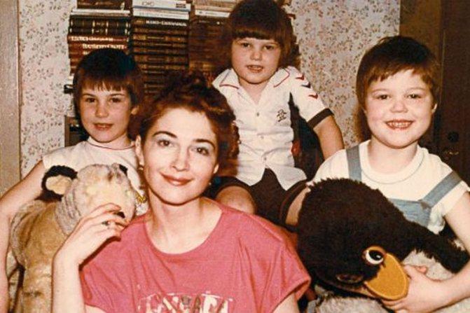 Данила Козловский в детстве с мамой и братьями