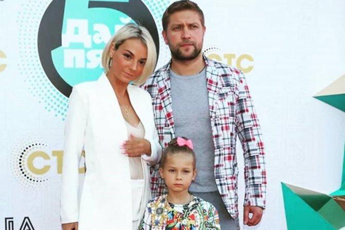 Дарья Сагалова с мужем и дочкой