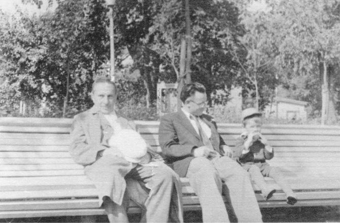 Дед (Д.И. Гомберг), отец (В.Ю. Малиновский) и я на скамейке в Московском зоопарке. 1956 год. / из личного архива автора