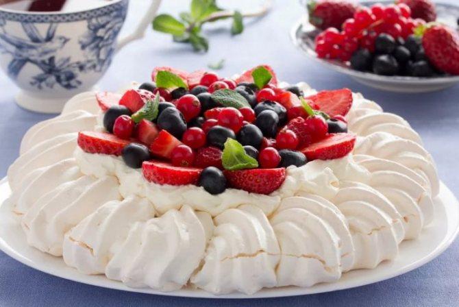 Десерт с безе и ягодами