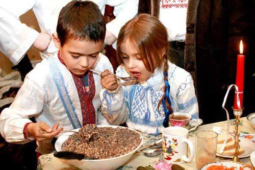 дети едят кутью